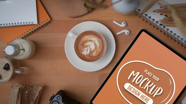 Widok Z Góry Makiety Cyfrowego Tabletu Z Papeterią, Materiałami Eksploatacyjnymi I Dekoracjami Premium Psd