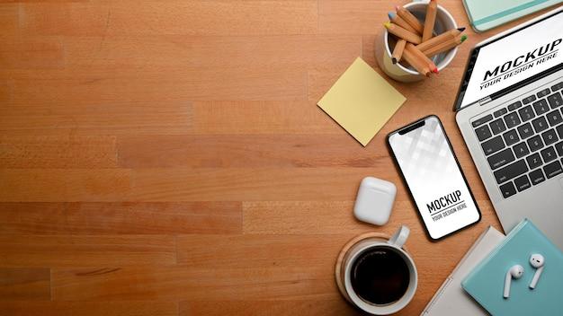 Widok Z Góry Na Drewniany Stół Z Makietą Smartfona I Laptopa Premium Psd
