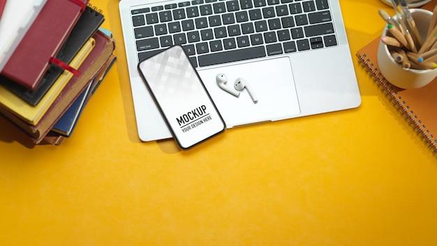 Widok Z Góry Obszaru Roboczego Z Makietą Smartfona, Laptopa, Słuchawek Premium Psd
