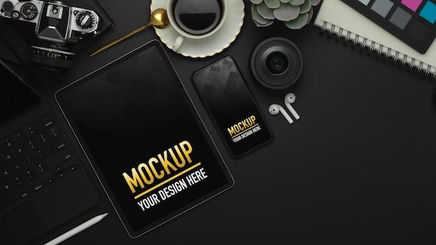 Widok Z Góry Obszaru Roboczego Z Makietą Tabletu, Smartfona I Materiałów Biurowych Premium Psd