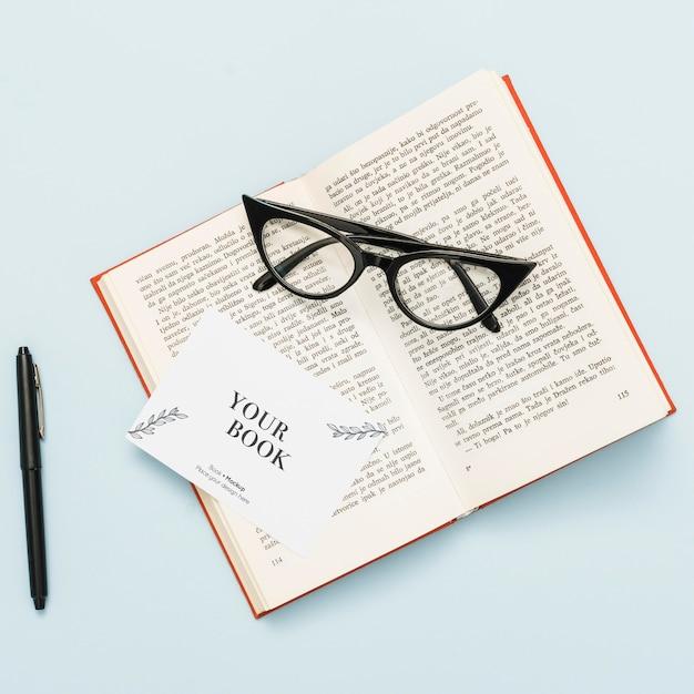 Widok Z Góry Otwartej Książki W Okularach I Karty Darmowe Psd