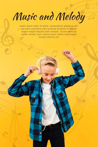 Widok Z Przodu Chłopca Taniec Podczas Słuchania Muzyki Na Słuchawkach Darmowe Psd