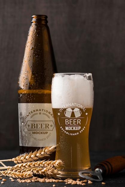 Widok Z Przodu Szklanki Piwa I Butelki Z Jęczmieniem Premium Psd