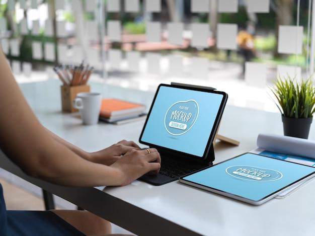 Widok Zbliżenie Kobiety Pisania Na Tablecie W Jej Pokoju Biurowym Z Makiety Tabletki Premium Psd