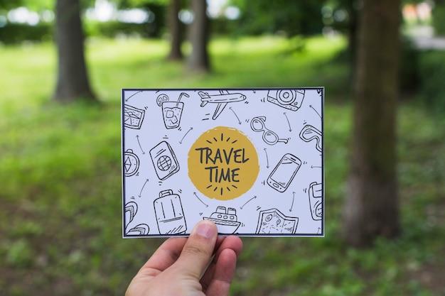 Wręcza mienie papier w naturze dla podróży pojęcia Darmowe Psd
