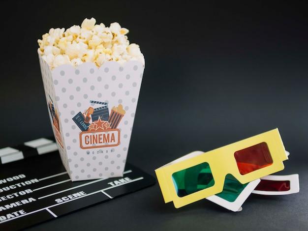 Wysoki Kąt Filiżanki Z Popcornem I Okularami Kinowymi Darmowe Psd