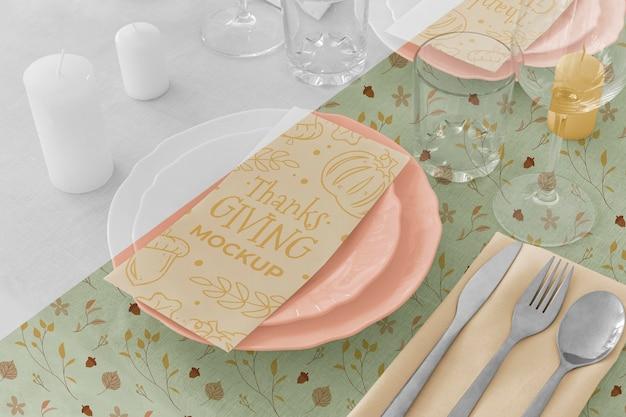 Wysoki Kąt Ustawienia Stołu Obiadowego Na święto Dziękczynienia Z Talerzami I Naczyniami Szklanymi Darmowe Psd