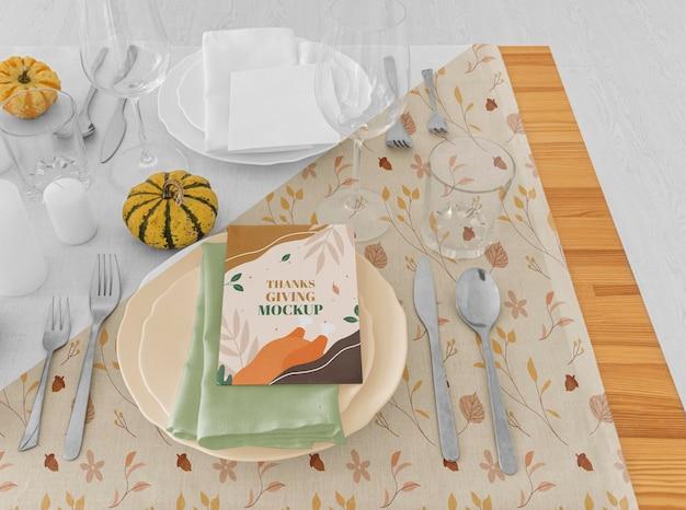 Wysoki Kąt Ustawienia Stołu Obiadowego Z Talerzami Na święto Dziękczynienia Darmowe Psd