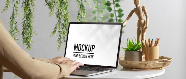 Zamknij Się Na Kobiecej Dłoni Za Pomocą Makiety Laptopa Premium Psd