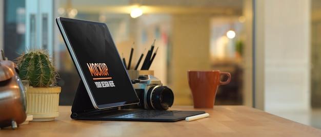 Zamknij Widok Obszaru Roboczego Z Makietą Laptopa I Wazonami W Pokoju Biurowym Premium Psd