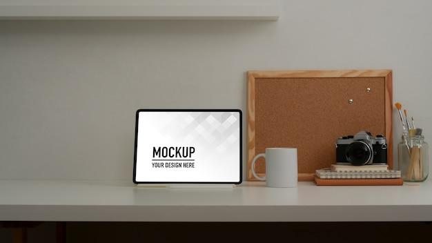 Zamknij Widok Obszaru Roboczego Z Makietą Tabletu I Materiałów Biurowych Premium Psd