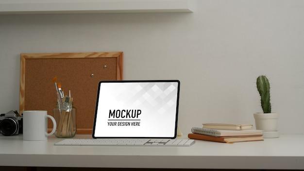 Zamknij Widok Stołu Roboczego Z Makietą Tabletu I Materiałów Biurowych Premium Psd