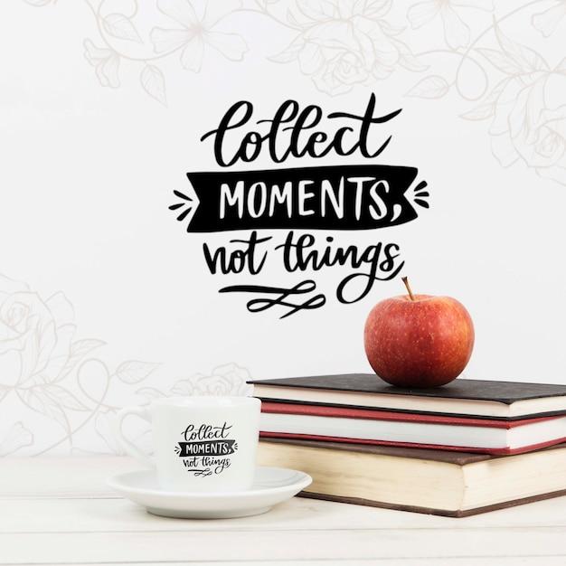 Zbieraj chwile, a nie rzeczy, cytuj książkę z jabłkiem na stosie książek Darmowe Psd