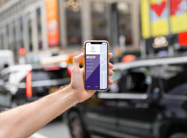 Zbliżenie Dłoni Trzymającej Smartfon W Mieście Darmowe Psd