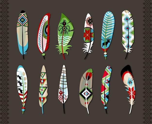12 Piór Pomalowanych Kolorowym Etnicznym Wzorem Z Symbolami Zwierząt Lub Geometrycznymi Kształtami Koncepcja Prymitywnej Sztuki I Naturalnej Kreatywności Na Szarym Tle Z Pionowymi Bezszwowymi Ozdobnymi Obramowaniami Darmowych Wektorów