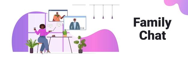 Afroamerykanka Posiadająca Wirtualne Spotkanie Ze Starszymi Rodzicami W Oknie Rozmowy Wideo W Przeglądarce Internetowej Premium Wektorów