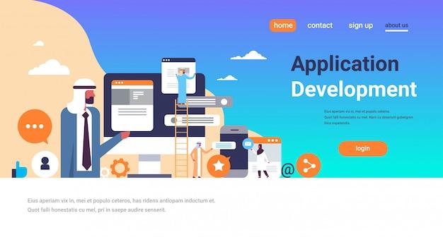 Arabowie pracujący czat pęcherzyki banner rozwoju aplikacji mobilnych Premium Wektorów