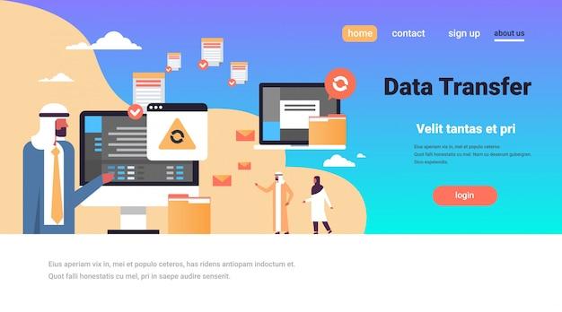 Arabowie pracujący synchronizacja transferu danych banner połączenia z komputerem Premium Wektorów