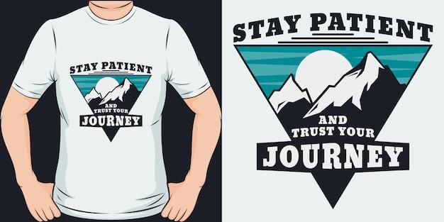 Bądź Cierpliwy I Zaufaj Swojej Podróży. Unikalny I Modny Projekt Koszulki Lub Makiety. Premium Wektorów