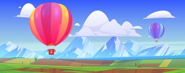 Balony Na Ogrzane Powietrze Latają Nad Górskim Krajobrazem Z Zielonymi łąkami I Polami W Dolinie. Darmowych Wektorów