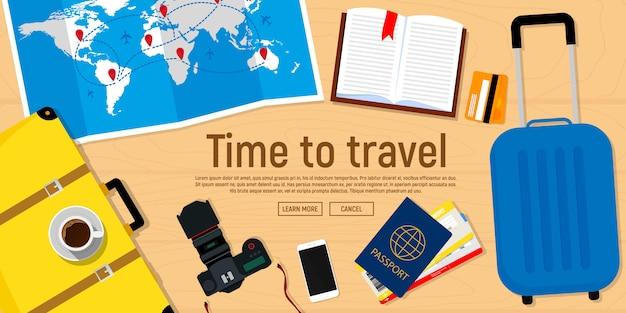 Baner internetowy na temat podróży. paszport z biletami, aparat fotograficzny, mapa podróży, walizka. Premium Wektorów