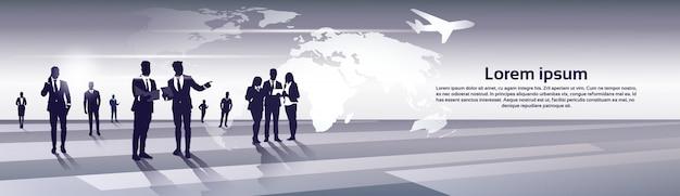 Biznes Drużyna Sylwetki Biznesmenów Grupy Zasoby Ludzkie Nad światowej Mapy Wycieczki Lota Pojęciem Premium Wektorów