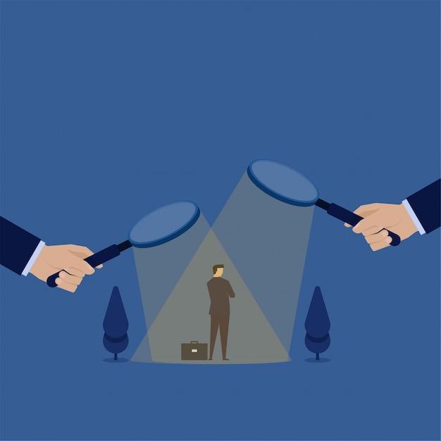 Biznes koncepcja płaski wektor biznesmen pod powiększeniem i mylić, aby wybrać metaforę decyzji o zatrudnieniu. Premium Wektorów