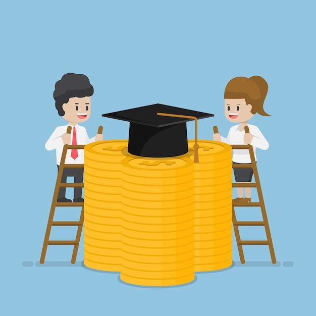 Biznesmen I Biznesmenka Wspinają Się Po Drabinie, Aby Osiągnąć Limit Ukończenia Studiów Na Szczycie Monet Dolarowych, Koncepcja Kosztów Pożyczki Studenckiej I Edukacji Premium Wektorów