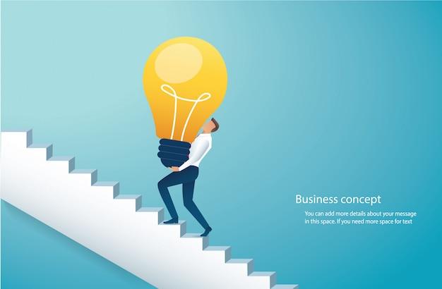 Biznesmen niesie żarówkę wspina się schodki do sukcesu Premium Wektorów