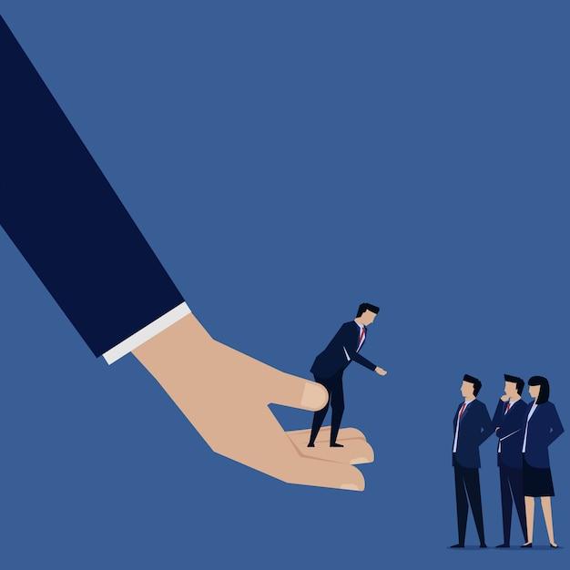 Biznesmen odnoszą się do jego oferty pomocy pracy zespołowej. Premium Wektorów
