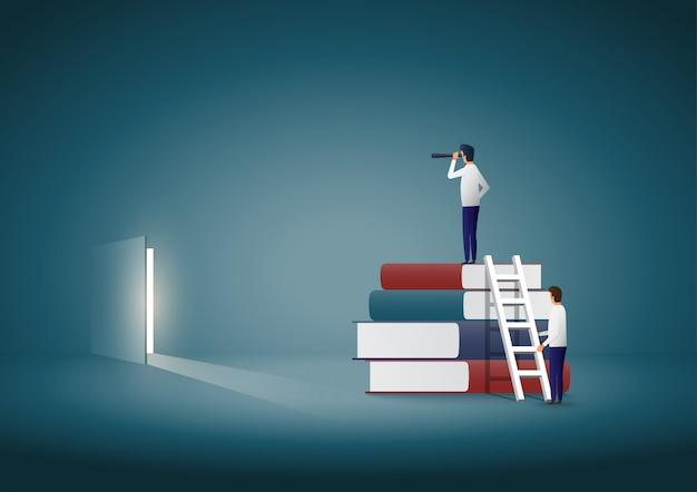 Biznesmen stoi na szczycie książek i szuka rozwiązania. Premium Wektorów