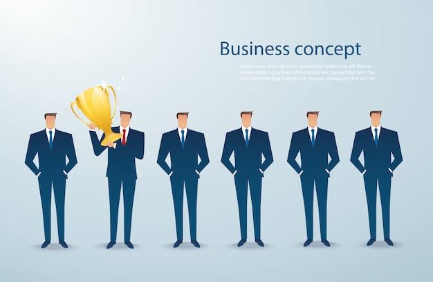 Biznesmen trzymać zwycięzcę złotym trofeum Premium Wektorów