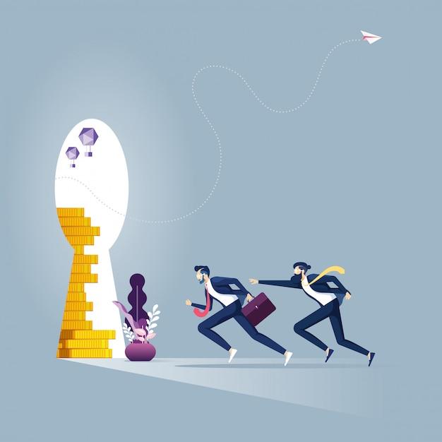 Biznesmena bieg w dziurkę od klucza z złotą monetą Premium Wektorów
