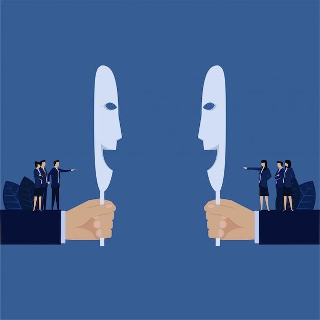 Biznesowa Ręka Trzyma Uśmiechniętą Maskę, Podczas Gdy Za Zespołem Obwinia Się Nawzajem Metaforę Hipokryta. Premium Wektorów