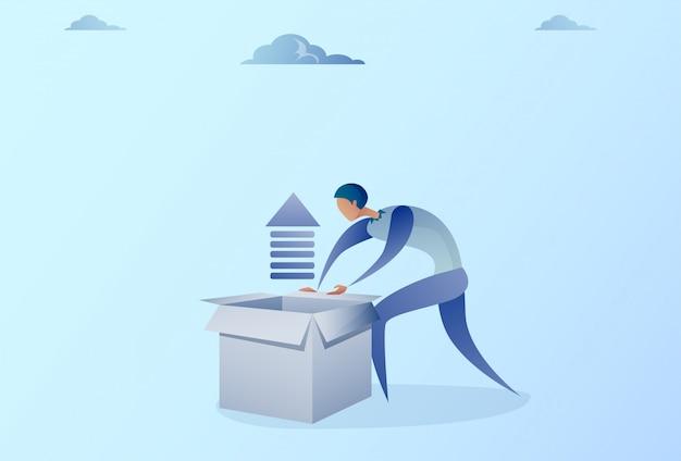 Biznesowego mężczyzna otwarcia pudełko z pieniężną strzała w górę rozwoju przyrosta pojęcia Premium Wektorów