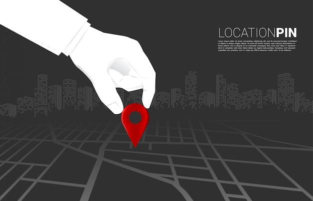 Bliska ręka biznesmen miejsce lokalizacji znacznik pin na mapie drogowej. koncepcja założenia firmy, misja wizyjna i cel Premium Wektorów