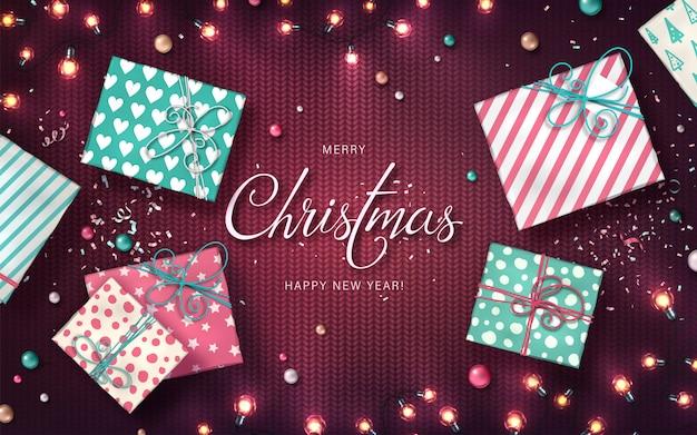 Boże Narodzenie Tło Z Lampek Choinkowych, Bombki, Pudełka I Konfetti Premium Wektorów