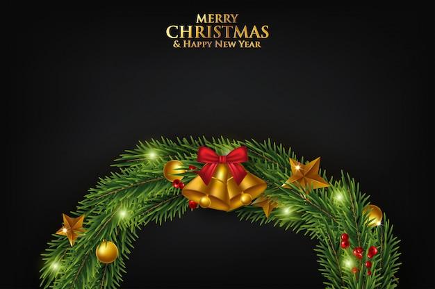 Bożenarodzeniowy kartka z pozdrowieniami z jodeł gałąź dekorować z faborkami, czerwonymi i złocistymi piłkami i jagodami. Premium Wektorów