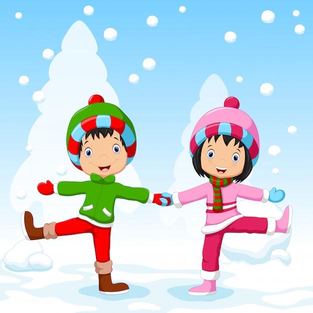 Chłopcy i dziewczęta bawią się zimą Premium Wektorów