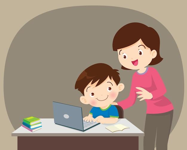 Chłopiec i matka siedzi z laptopem Premium Wektorów