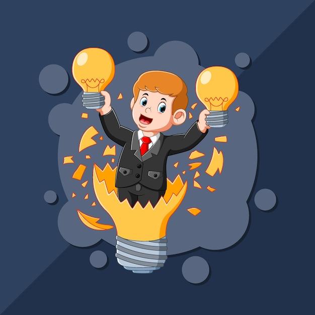 Chłopiec Z Dobrym Pomysłem Trzymający W Rękach żółtą Lampę Premium Wektorów