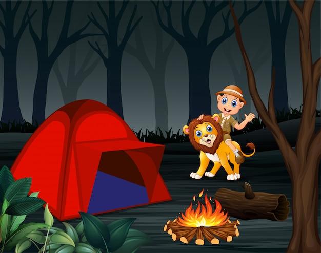Chłopiec zookeeper i kemping lew na noc Premium Wektorów