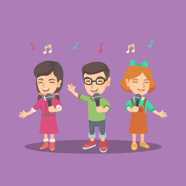 Chór dziecięcy śpiewa piosenkę z mikrofonami. Premium Wektorów
