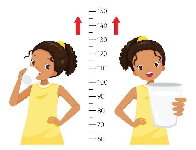 Ciemna Dziewczyna Pije Mleko Dla Zdrowia I Wyższa, Dziewczyna Mierzy Jej Wzrost Premium Wektorów