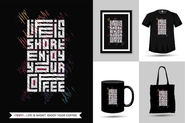 Cytat Motywacja Tshirt życie Jest Krótkie, Ciesz Się Kawą. Modny Szablon Typografii Z Napisem W Pionie Do Druku T Shirt Moda Plakat Odzieżowy, Torba Na Ramię, Kubek I Gadżety Premium Wektorów
