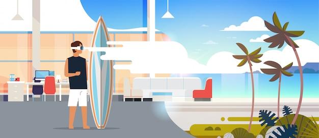 Człowiek Surfer Nosić Cyfrowe Okulary Trzymać Surfowania Pokładzie Wirtualnej Rzeczywistości Ocean Plaża Palmy Vr Wizja Zestaw Słuchawkowy Koncepcja Letnie Wakacje Mieszkanie Poziome Premium Wektorów
