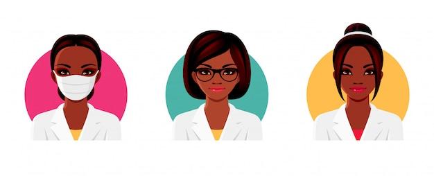Doktor Afro-amerykański Charakter Kobiety W Białym Mundurze Medycznym Z Różnymi Fryzurami, Okularami I Medyczną Maską Na Twarz. Zestaw żeńskich Awatarów. Ilustracja. Premium Wektorów