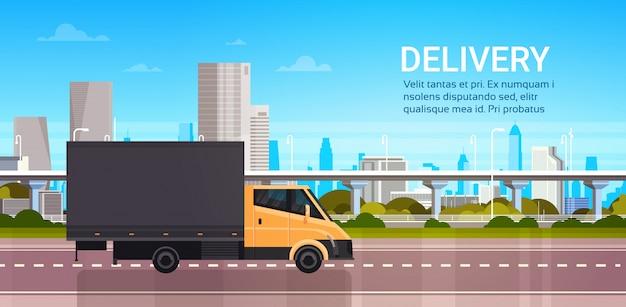 Dostawa furgonetką nad miastem. wysyłka transport service truck concept Premium Wektorów