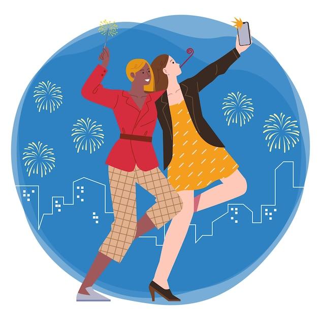 Dwie Młode Kobiety Bawią Się Razem, Robiąc Selfie I Trzymając Fajerwerki Na Tle Fajerwerków I Miasta Nocą Premium Wektorów