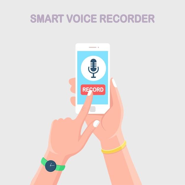 Dyktafon Mowy. Ręka Trzymać Telefon Komórkowy Ze Znakiem Mikrofonu Na Białym Tle Na Tle. Premium Wektorów